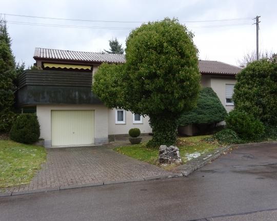 VERKAUFT! Freistehendes Einfamilienhaus mit sonnigem Aussichtsbalkon (Obj. 961H00)